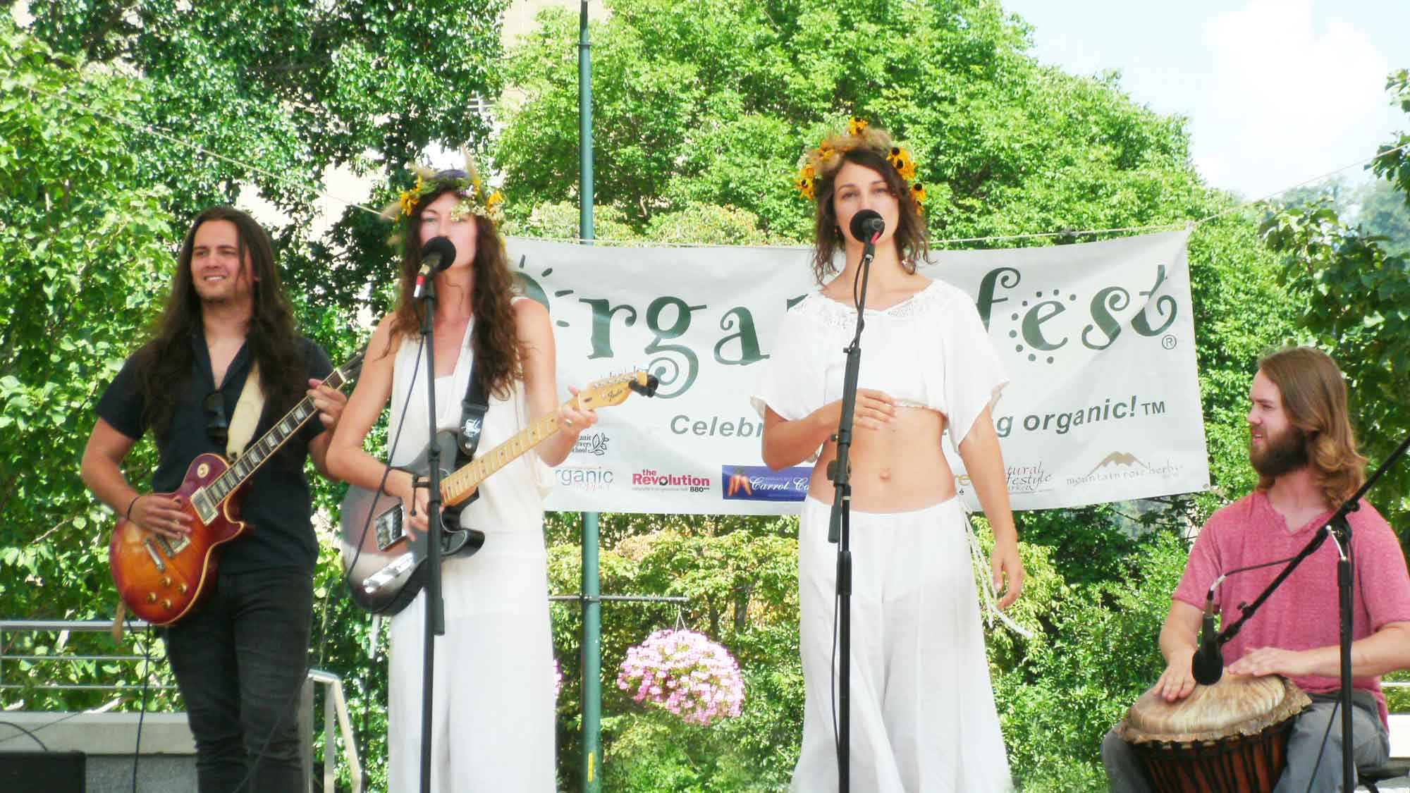 kendra-warren-playing-at-organicfest
