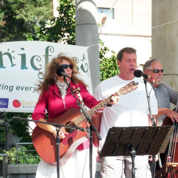 sherri-lynn-and-friends-playing-at-organicfest